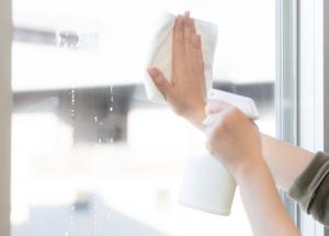 持ち家の窓を拭く
