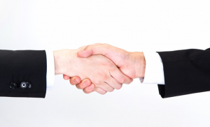 不動産売買が成立してがっちり握手